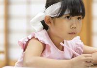 塾の合宿で授業を受ける女の子 33000004293| 写真素材・ストックフォト・画像・イラスト素材|アマナイメージズ