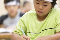 塾の合宿で授業を受ける男の子 33000004294| 写真素材・ストックフォト・画像・イラスト素材|アマナイメージズ