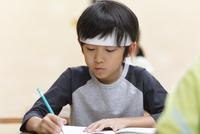 塾の合宿で授業を受ける男の子 33000004297| 写真素材・ストックフォト・画像・イラスト素材|アマナイメージズ
