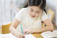 家で勉強をする女の子 33000004298| 写真素材・ストックフォト・画像・イラスト素材|アマナイメージズ