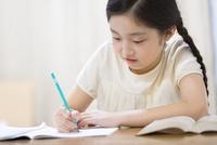 家で勉強をする女の子 33000004300| 写真素材・ストックフォト・画像・イラスト素材|アマナイメージズ