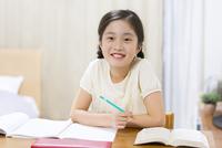 家で勉強をする女の子 33000004302| 写真素材・ストックフォト・画像・イラスト素材|アマナイメージズ