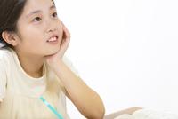 家で勉強をする女の子 33000004304| 写真素材・ストックフォト・画像・イラスト素材|アマナイメージズ