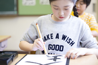 習字の授業を受ける女の子 33000004305| 写真素材・ストックフォト・画像・イラスト素材|アマナイメージズ