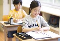 習字の授業を受ける女の子 33000004307| 写真素材・ストックフォト・画像・イラスト素材|アマナイメージズ