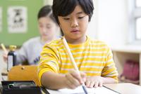 習字の授業を受ける男の子 33000004309| 写真素材・ストックフォト・画像・イラスト素材|アマナイメージズ