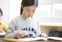 そろばんを使って計算をする女の子 33000004310| 写真素材・ストックフォト・画像・イラスト素材|アマナイメージズ