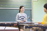 音楽室で木琴を叩く女の子と男の子