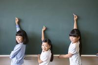 黒板の前で振り返る女の子3人 33000004313| 写真素材・ストックフォト・画像・イラスト素材|アマナイメージズ