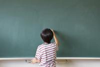 黒板に文字を書こうとする男の子 33000004317| 写真素材・ストックフォト・画像・イラスト素材|アマナイメージズ