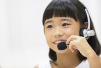 インカムを付けて話す女の子 33000004320| 写真素材・ストックフォト・画像・イラスト素材|アマナイメージズ