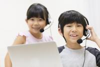インカムを付けて微笑む男の子と女の子 33000004324| 写真素材・ストックフォト・画像・イラスト素材|アマナイメージズ