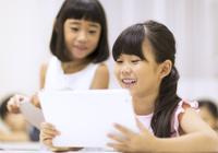 タブレットPCを見て笑う女の子2人 33000004328| 写真素材・ストックフォト・画像・イラスト素材|アマナイメージズ