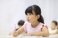 塾で授業を受ける女の子 33000004331| 写真素材・ストックフォト・画像・イラスト素材|アマナイメージズ