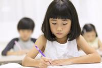 塾で授業を受ける女の子 33000004333| 写真素材・ストックフォト・画像・イラスト素材|アマナイメージズ