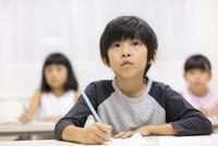 塾で授業を受ける男の子 33000004334| 写真素材・ストックフォト・画像・イラスト素材|アマナイメージズ