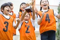 優勝カップを持って喜ぶ子供たち 33000004345| 写真素材・ストックフォト・画像・イラスト素材|アマナイメージズ