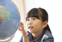 教室で地球儀を見る女の子 33000004348| 写真素材・ストックフォト・画像・イラスト素材|アマナイメージズ