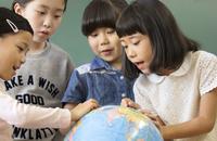 教室で地球儀を見る女の子4人 33000004351| 写真素材・ストックフォト・画像・イラスト素材|アマナイメージズ