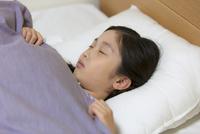 ベッドで眠る女の子 33000004354| 写真素材・ストックフォト・画像・イラスト素材|アマナイメージズ