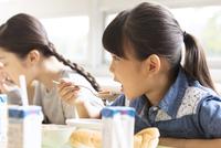 学校の給食を食べる女の子 33000004357| 写真素材・ストックフォト・画像・イラスト素材|アマナイメージズ