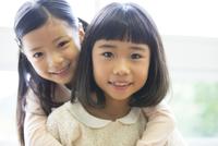 教室の窓際で笑う女の子2人 33000004365| 写真素材・ストックフォト・画像・イラスト素材|アマナイメージズ