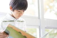 教室の窓際で本を読む男の子 33000004366| 写真素材・ストックフォト・画像・イラスト素材|アマナイメージズ