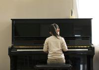 ピアノを演奏する女の子の後ろ姿