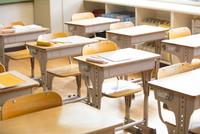教室の机と椅子 33000004368| 写真素材・ストックフォト・画像・イラスト素材|アマナイメージズ
