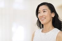微笑む女性 33000004380| 写真素材・ストックフォト・画像・イラスト素材|アマナイメージズ