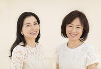 微笑む2人の女性 33000004392| 写真素材・ストックフォト・画像・イラスト素材|アマナイメージズ