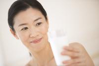 牛乳を手に微笑む女性 33000004405| 写真素材・ストックフォト・画像・イラスト素材|アマナイメージズ