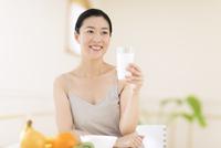牛乳を手に微笑む女性 33000004408| 写真素材・ストックフォト・画像・イラスト素材|アマナイメージズ