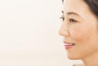 微笑む女性の横顔 33000004443| 写真素材・ストックフォト・画像・イラスト素材|アマナイメージズ