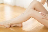 脚をマッサージをする女性の脚元