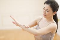 腕をマッサージする女性 33000004492| 写真素材・ストックフォト・画像・イラスト素材|アマナイメージズ