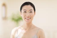 微笑む女性 33000004495| 写真素材・ストックフォト・画像・イラスト素材|アマナイメージズ