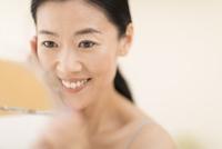 鏡の前でスキンケアをする女性 33000004523| 写真素材・ストックフォト・画像・イラスト素材|アマナイメージズ