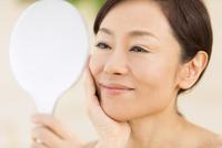 手鏡を見て微笑む女性 33000004541| 写真素材・ストックフォト・画像・イラスト素材|アマナイメージズ