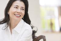 微笑む女性 33000004575| 写真素材・ストックフォト・画像・イラスト素材|アマナイメージズ