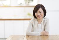 椅子に座って微笑む女性 33000004596| 写真素材・ストックフォト・画像・イラスト素材|アマナイメージズ