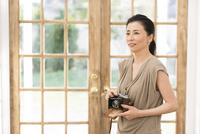 カメラを手に持つ女性 33000004609| 写真素材・ストックフォト・画像・イラスト素材|アマナイメージズ