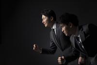 駆け出すポーズをとるビジネス男性2人 33000004612| 写真素材・ストックフォト・画像・イラスト素材|アマナイメージズ