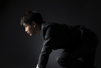 駆け出すポーズをとるビジネス男性 33000004614| 写真素材・ストックフォト・画像・イラスト素材|アマナイメージズ