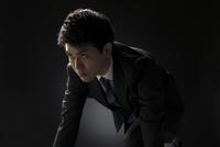 駆け出すポーズをとるビジネス男性 33000004617| 写真素材・ストックフォト・画像・イラスト素材|アマナイメージズ