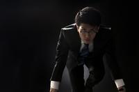 駆け出すポーズをとるビジネス男性 33000004618| 写真素材・ストックフォト・画像・イラスト素材|アマナイメージズ