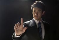 指を指すポーズをとるビジネス男性 33000004620| 写真素材・ストックフォト・画像・イラスト素材|アマナイメージズ
