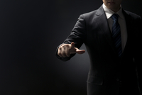 指を指すポーズをとるビジネス男性の手元 33000004624| 写真素材・ストックフォト・画像・イラスト素材|アマナイメージズ