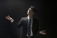 両手を広げ上を見上げるビジネス男性 33000004630| 写真素材・ストックフォト・画像・イラスト素材|アマナイメージズ