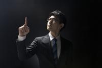 指を指すポーズをとるビジネス男性 33000004632| 写真素材・ストックフォト・画像・イラスト素材|アマナイメージズ